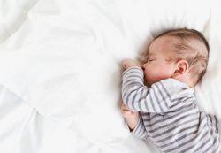 Новорожденный много спит и не просит кушать — причины