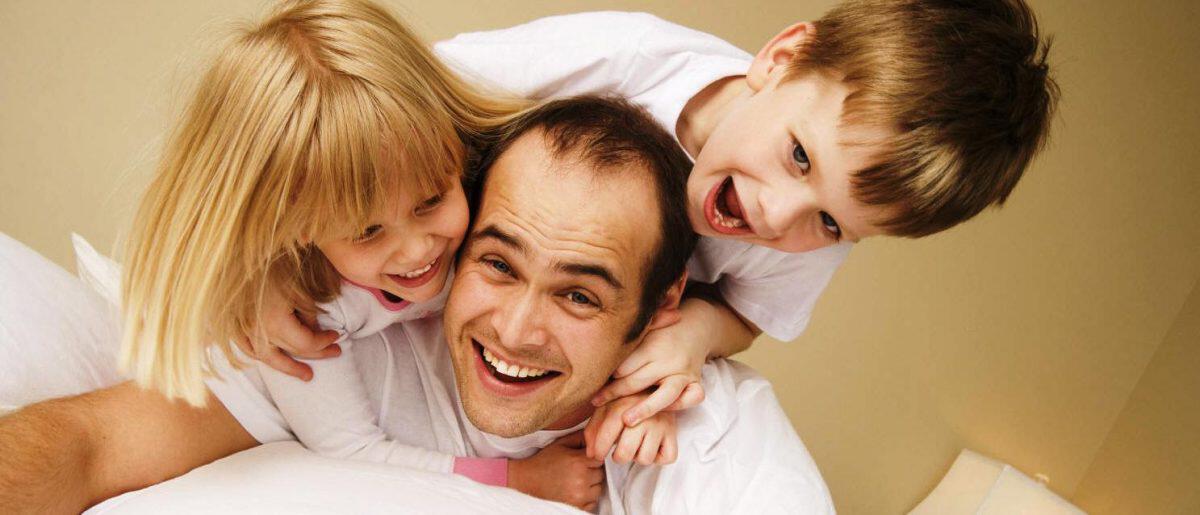 Почему у детей возникает цветной зубной налет