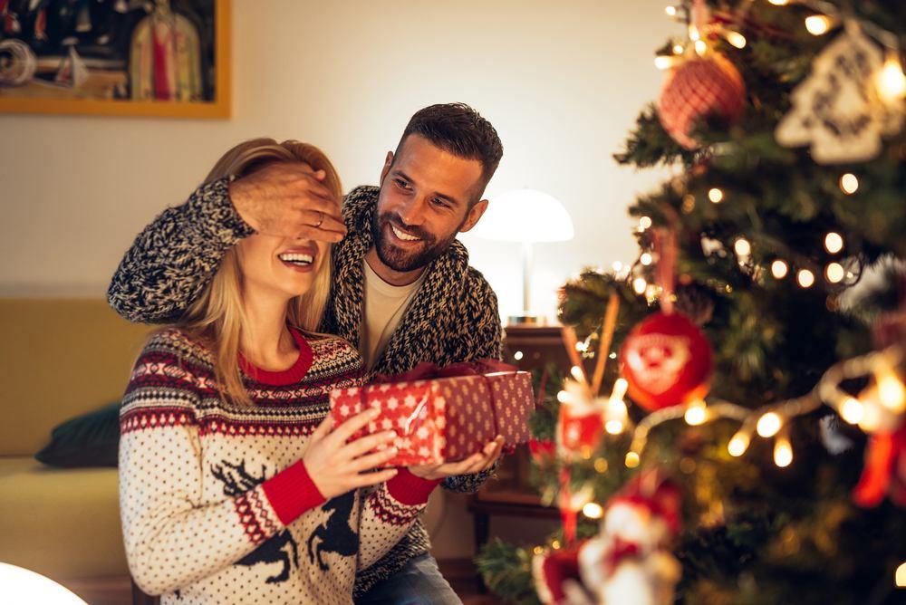 Что подарить на Новый год 2021 брату и его супруге?