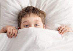 Ребенок боится спать один: как помочь ребенку справиться со страхом?