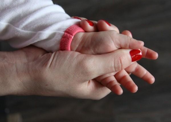 Как подстричь ногти младенцу