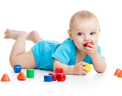 Ребёнок берёт всё в рот: почему и как отучить?
